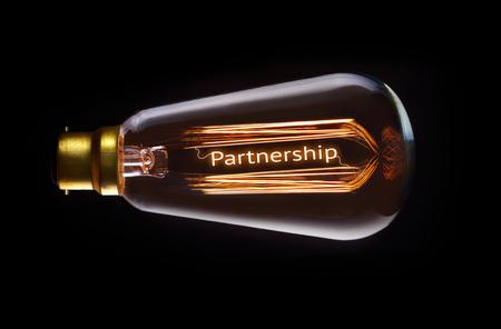 Partnership-Konzept in einem Filament Glühbirne.