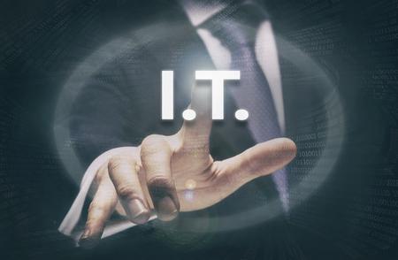 tecnología informatica: De negocios que presiona un botón de concepto de TI.