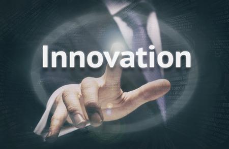 innovacion: Empresario presionando un botón concepto Innovación. Foto de archivo