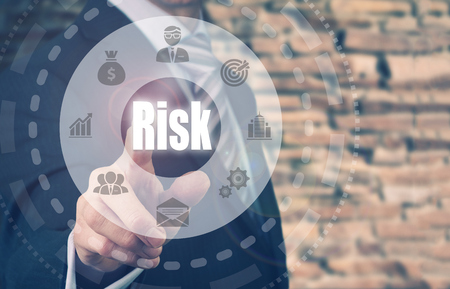 competitividad: Hombre de negocios presionando un bot�n El concepto de riesgo. Foto de archivo