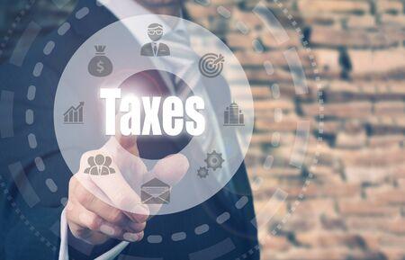 registros contables: De negocios que presiona un botón de concepto de impuestos. Foto de archivo