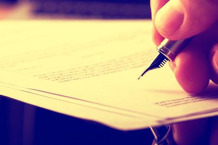 testament schreiben: Unterzeichnung Papierkram mit einem Brunnen Papierkram. Das Bild hat Korn und Styling aufgenommen.