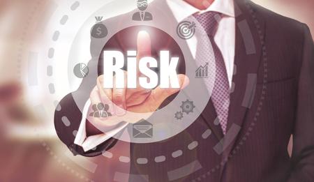competitividad: Hombre de negocios presionando un botón El concepto de riesgo. Foto de archivo