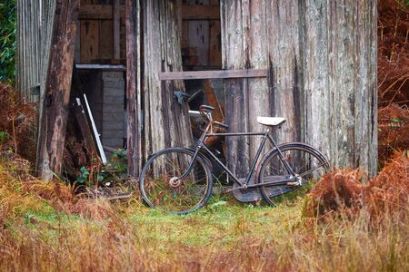 glen: Old fashioned vintage bike at a ruined shack. Glen Etive, Scottish Highlands. Stock Photo