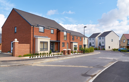 Newly built homes in a residential estate in England. Foto de archivo