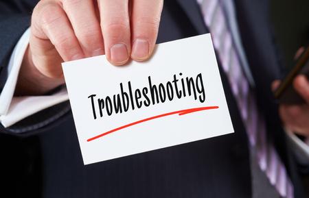 solucion de problemas: Un hombre que sostiene una tarjeta de negocios Concepto de soluci�n de problemas Foto de archivo