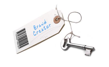 creador: Una llave de plata con una etiqueta pegada con un concepto creador Marca escrito en él.