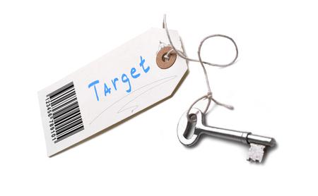 Une clé en argent avec une étiquette attachée avec un concept de cible écrit dessus.