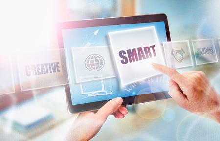 Een onderneemster die een SMART bedrijfsconcept op het futuristisch draagbaar computerscherm selecteert.