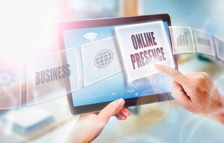 未来的なポータブル コンピューターの画面上のオンラインプレゼンスのビジネス コンセプトを選択する実業家。