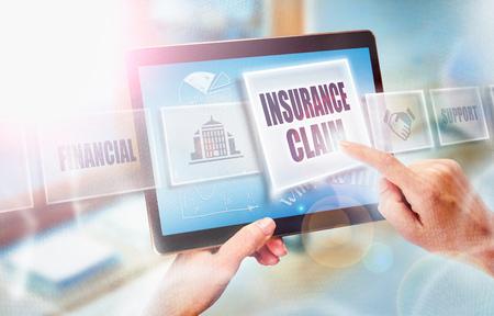 Eine Geschäftsfrau, die ein Versicherungsfall-Geschäftskonzept auf einem futuristischen tragbaren Computerbildschirm vorwählt.