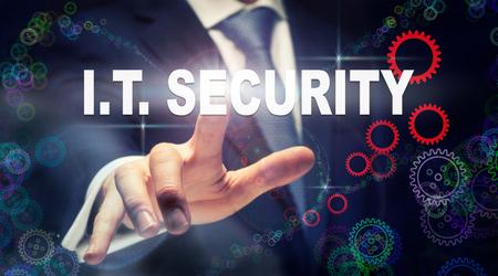 Een zakenman op een IT-beveiligings bedrijfsconcept op een grafische weergave van tandwielen te drukken