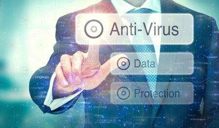 Een zakenman die een knop selecteert op een futuristisch scherm met een antivirusconcept erop geschreven. Stockfoto