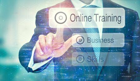 Ein Geschäftsmann wählt eine Online-Training-Schaltfläche auf einem futuristischen Display mit einem darauf geschriebenen Konzept aus.