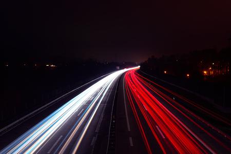 Sentiers légers de voitures la nuit sur une autoroute Banque d'images