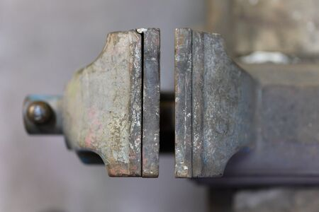 Vise from above with an open plate