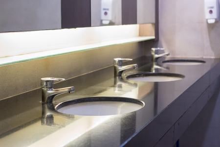 fregadero de agua en el baño y el espejo Foto de archivo