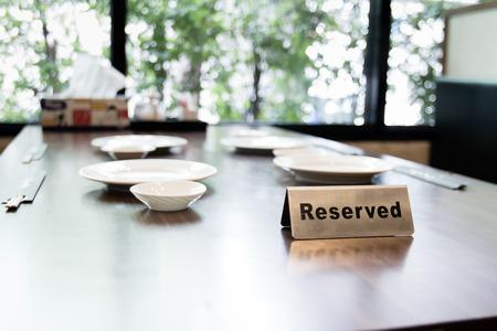 Reserver bordje op de tafel binnen restaurant