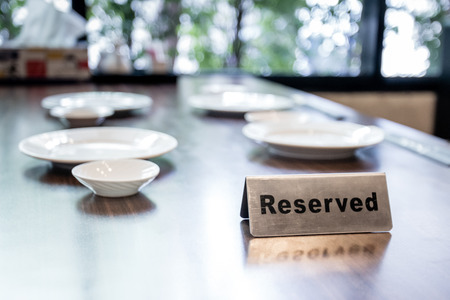 Reserver sign on the table inside restaurant Banque d'images