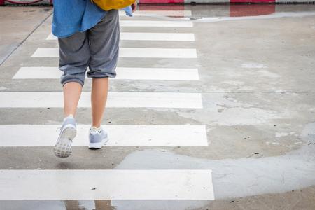 paso peatonal: Caminando a trav�s del camino de paso de peatones