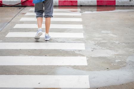 paso de cebra: Caminando a través del camino de paso de peatones