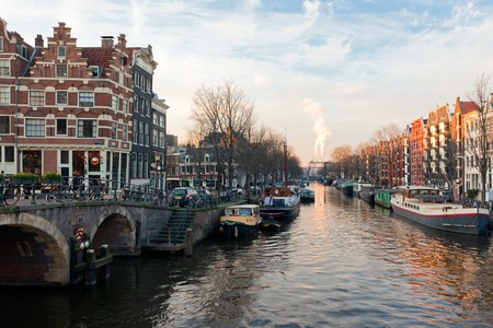 canal house: Inverno soleggiata vista canali di Amsterdam. tiro orizzontale  Archivio Fotografico
