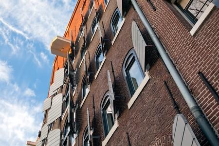 canal house: Canal House in Amsterdam sullo sfondo del cielo blu brillante Archivio Fotografico