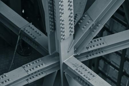 강철: 다리 프레임의 근접 촬영입니다. 가로 톤의 이미지
