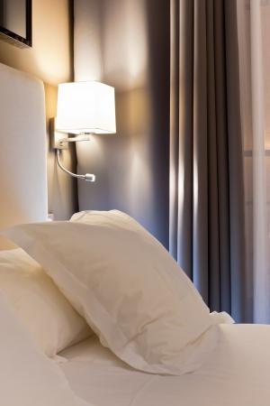 stay beautiful: Escena de la noche en la habitaci�n de hotel, mesita de noche con l�mpara