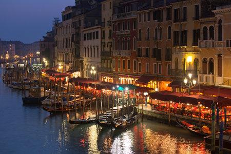 Grande Luci canale in una notte, Venezia. Tiro orizzontale