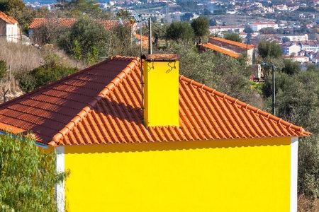 chimney corner: Exterior de la casa rural brillante amarillo. Portugal Paisaje