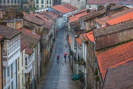 rooftile: Guardando verso il basso sul Rainy strada del centro storico di Santiago de Compostela, Spagna