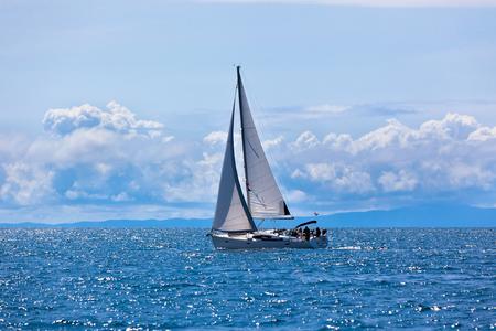 deportes nauticos: Yates de recreo en el mar Adri�tico Horizontal d�as disparo