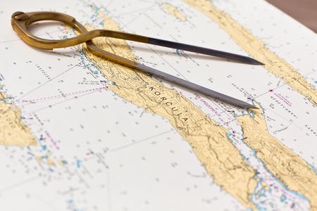 Coppia di bussole per la navigazione su una mappa mare con bassa profondità di campo