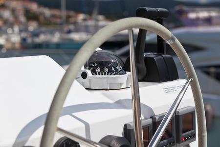 implement: Vela rotella di controllo yacht e mettere in atto. Tiro orizzontale senza gente