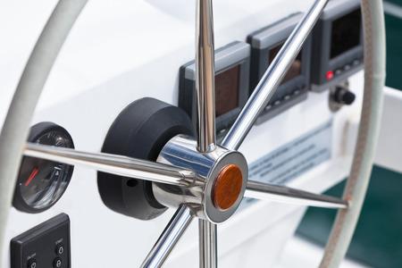 implement: Vela rotella di controllo yacht e implementare. Tiro orizzontale senza persone