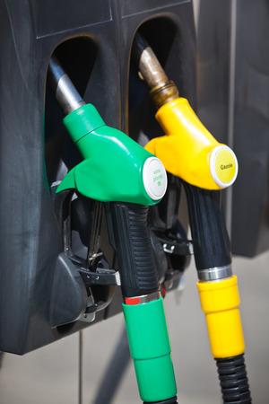 surtidor de gasolina: Inyectores bomba de gasolina en una estaci�n de servicio Foto de archivo