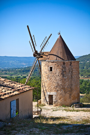 apt: Old stone windmill in Saint Saturnin d Apt, Provence, France Stock Photo