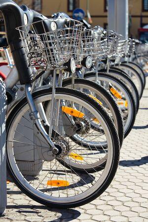 cicla: Bicicletas de alquiler ciudad estacionados en fila. Pequeño GRIP Foto de archivo