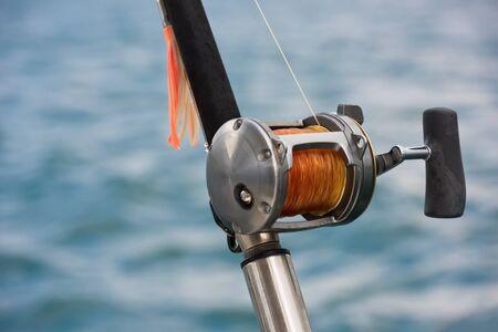 barca da pesca: Canna da pesca e bobina su una barca. Tiro orizzontale Archivio Fotografico