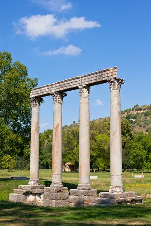 templo romano: Antiguo Templo Romano de Apolo en Riez, Alpes de Alta Provenza, Francia Foto de archivo