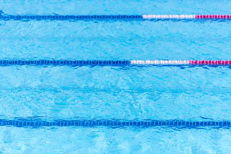 vague: Clair transparent eau de piscine arrière-plan. Mise au point sélective