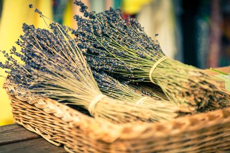 flor de lavanda: Lavender racimos venta en un mercado franc�s al aire libre. Tiro horizontal con enfoque selectivo Foto de archivo
