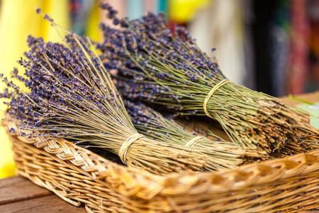 flores moradas: Lavender racimos venta en un mercado franc�s al aire libre. Tiro horizontal con enfoque selectivo Foto de archivo