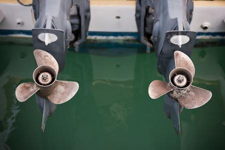 motor de carro: dos tornillos barco de motor tiro horizontal día Foto de archivo