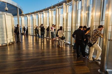 DUBAI, UAE - ENEro 02: la gente en la parte superior de la plataforma de observación del edificio más alto del mundo Burj al Khalifa del 02 de enero, 2015, en Dubai, Emiratos Árabes Unidos