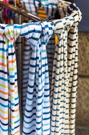 sciarpe: Selezione delle donne sciarpe colorate in un mercato