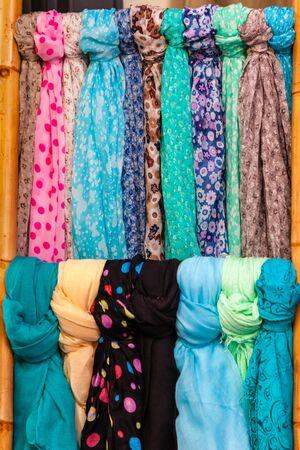 foulards: Selezione delle donne sciarpe colorate in un mercato