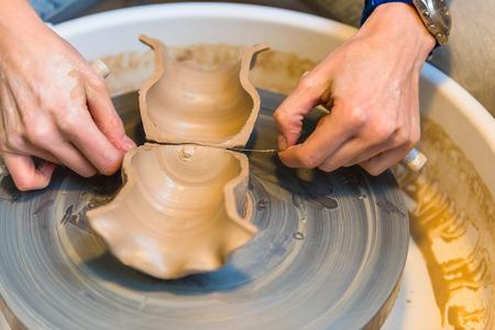 alfarero: para mujer de las manos de un alfarero, creando una vasija de barro Foto de archivo