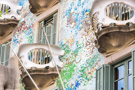 SPANIEN, BARCELONA - SEPTEMBER 12: die Fassade des Hauses Casa Battlo in Barcelona, ??Spanien am 12. September 2015 Standard-Bild - 79122452